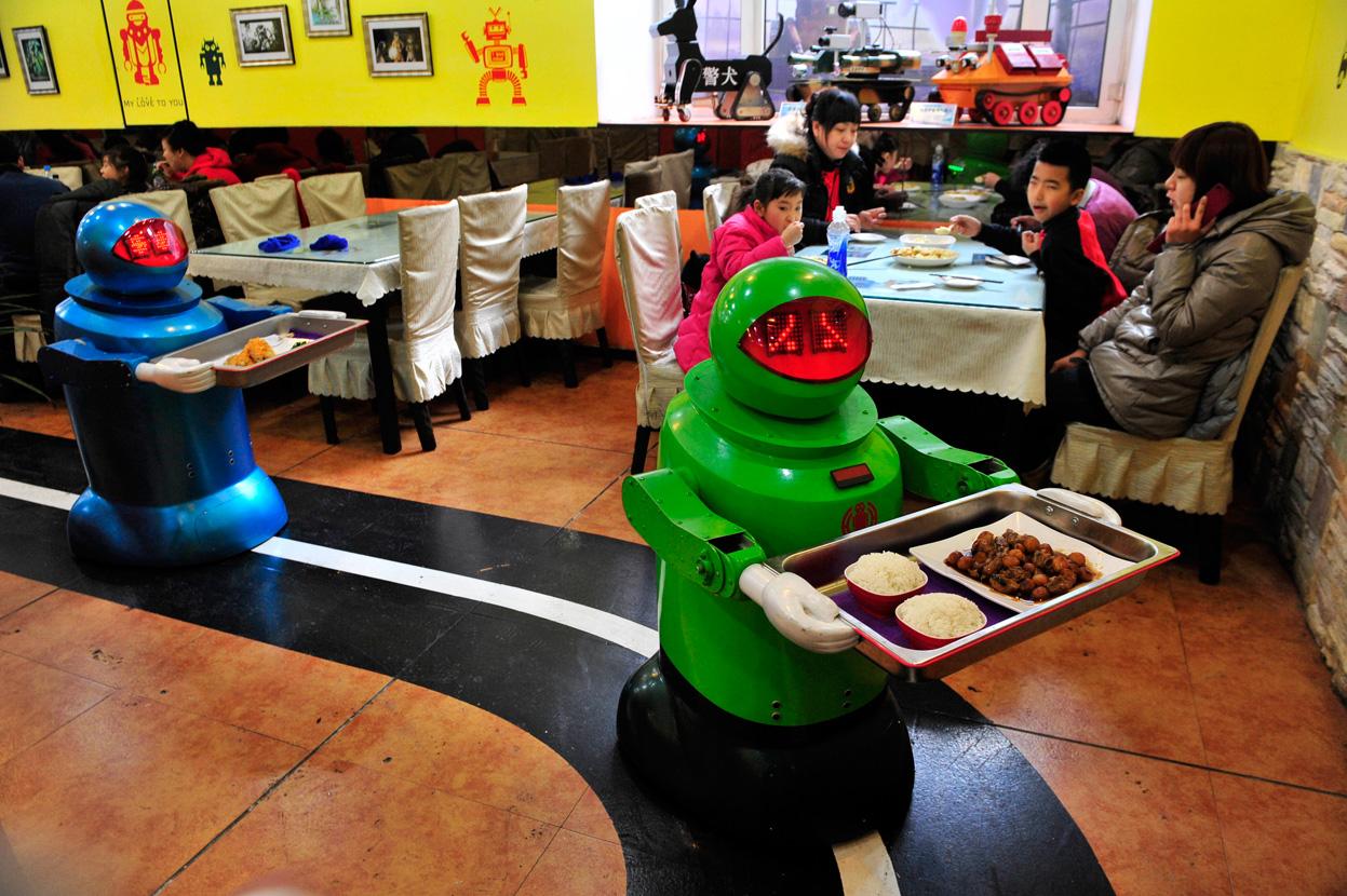 Dos camareros robots