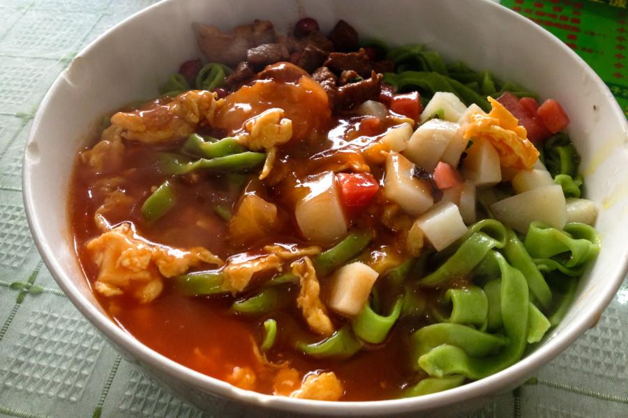 comida china tradicional noodles espinacas